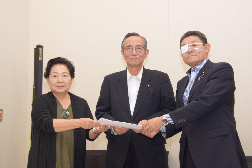 左から肥田座長、細田会長、笠事務局長