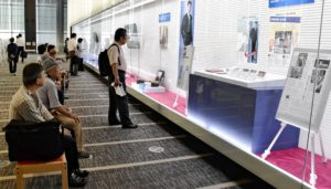 「裕次郎展」の記事パネルには、多くの人が目を凝らしていた