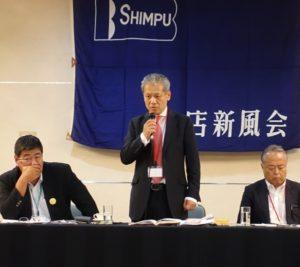 記者会見であいさつする大垣会長(中央)