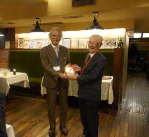 同センターの宮部部長(左)と受賞した矢澤氏