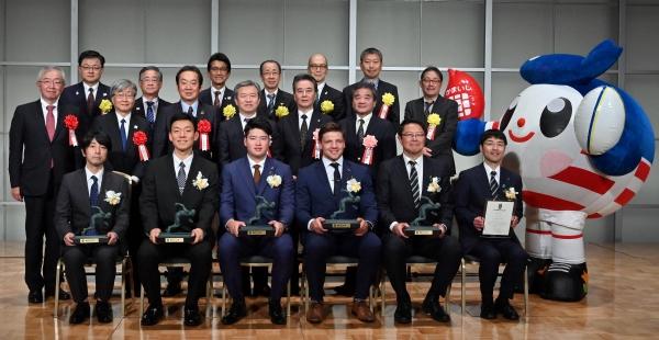 手前左から伊與田英徳さん、山口尚秀選手、村上宗隆選手、ピーター・ラブスカフニ選手、桜庭吉彦さんら
