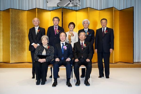 前列左から、山本七平夫人・れい子さん、冨田浩司さん、中西輝政さん。後列左から、清水卓智社長、八木秀次さん、呉善花さん、養老孟司さん、松下正幸会長