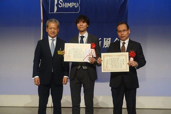 左から大垣会長、山崎氏、鯉渕社長