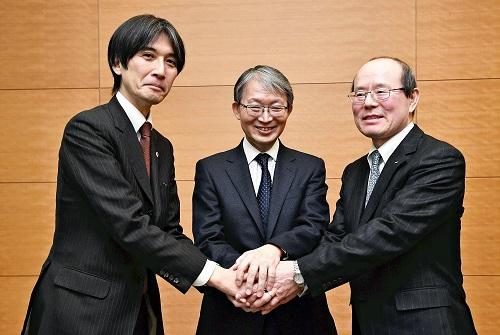 記者会見終了後、握手をする(左から)山岸社長、山口社長、木船社長