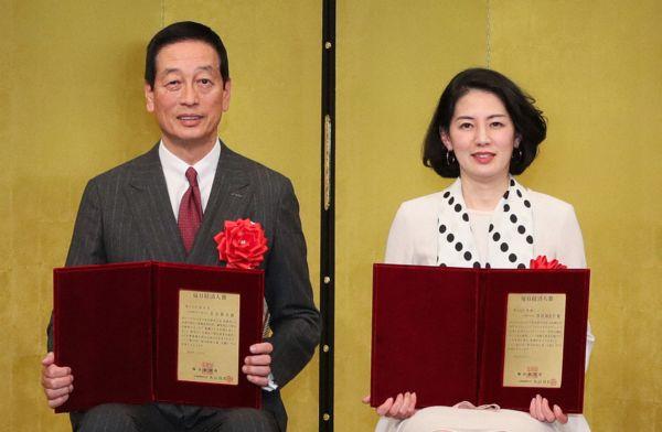 毎日経済人賞を受賞した資生堂の魚谷雅彦社長(左)と東横インの黒田麻衣子社長