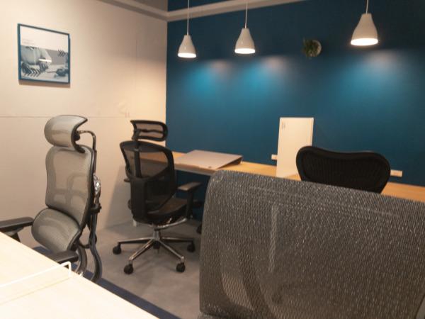 貸出モニターなども使用し、落ち着いて作業を進めることが可能な集中作業スペース