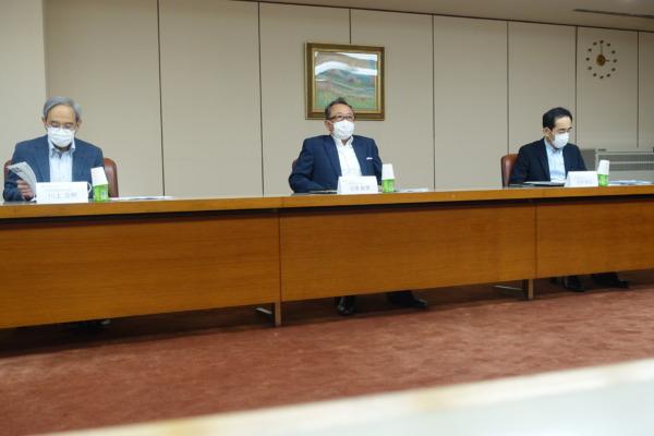 近藤社長(中央)と川上(左)、田仲両副社長
