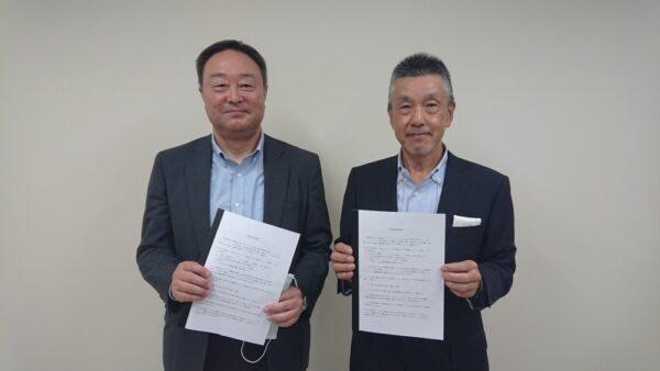 毎日新聞北海道センターの渡辺雅春社長(左)と苫小牧民報社の宮本知治社長