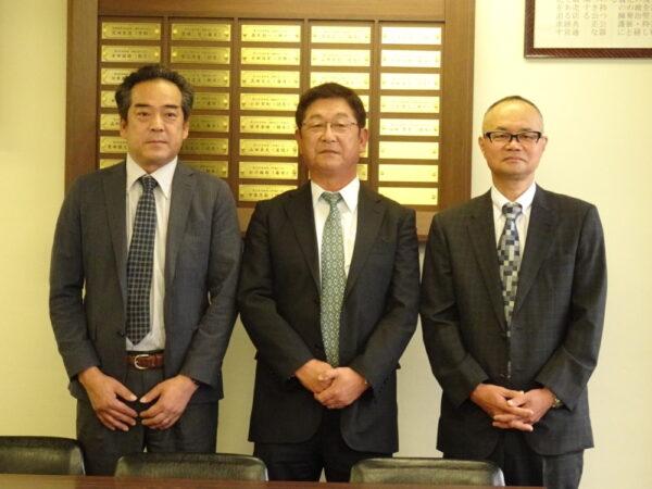 辻川本部長(中央)、髙橋副本部長(左)、保田専務理事(右)