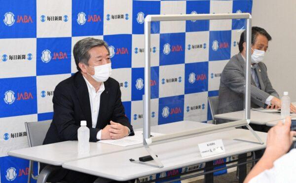 都市対抗野球大会について記者会見する毎日新聞社の丸山昌宏社長(左)と日本野球連盟の清野智会長
