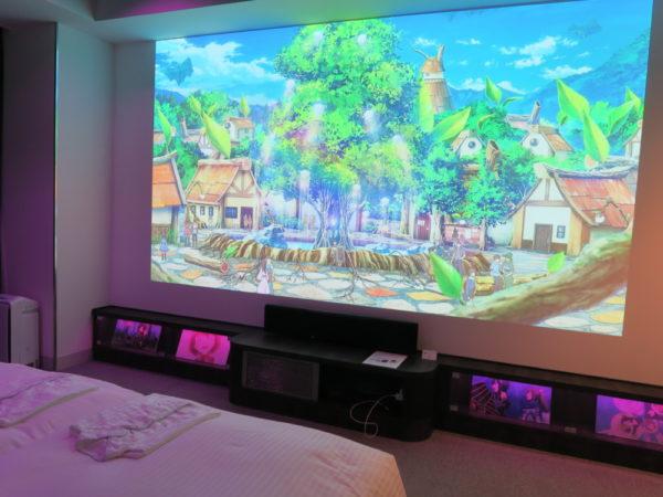 全客室には150㌅の大型画面プロジェクターなどが設置され、作品世界への没入感が楽しめる