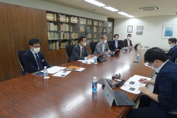 会見に臨む左から安西副社長、高瀬専務、中西淳一取締役など