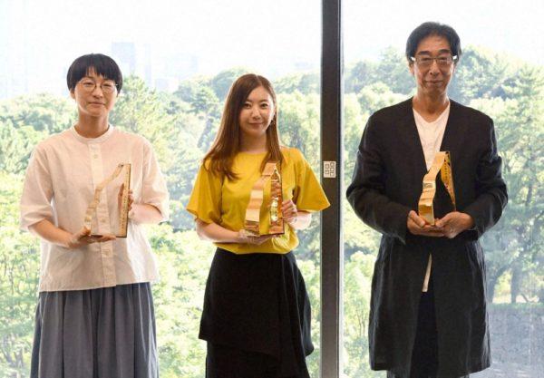 贈賞式で記念写真に納まる(左から)三澤遥さん、吉田ユニさん、「良品計画」の金井政明会長