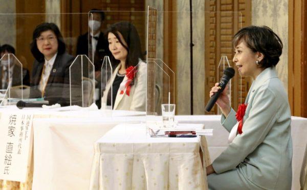 対談する竹下氏(右)と焼家氏(中央)。コーディネーターの大内主任研究員(左)