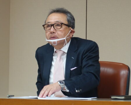 説明会で発言する近藤社長