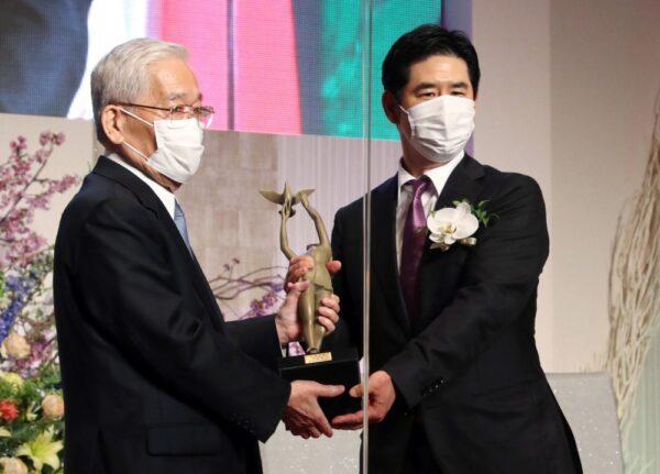 正論大賞を受賞し、フジサンケイグループの日枝久代表(左)からブロンズ像を贈呈される古川勝久氏