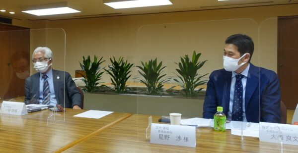 メディアドゥとの提携について説明する小野専務(左)と大西常務