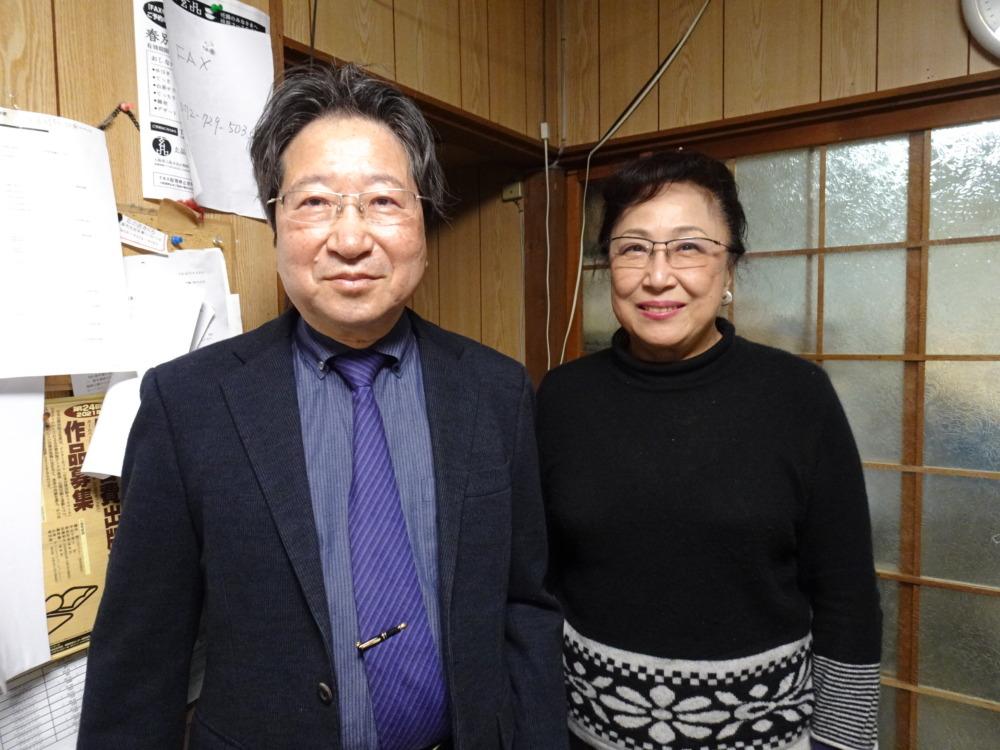 「関西の文芸書『専門』出版社」を掲げる涸沢さんと敬子さん