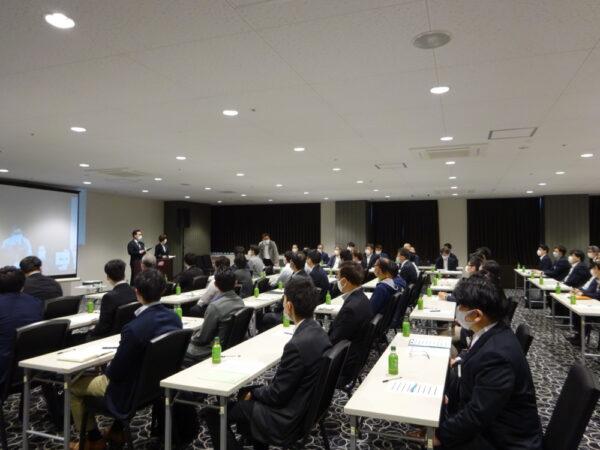 会場とオンライン併用で行われた経営方針発表会
