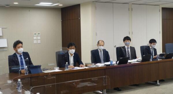 カンファレンス開催に合わせて開いた記者会見。左から奥村社長、安西副社長、中西淳一取締役など