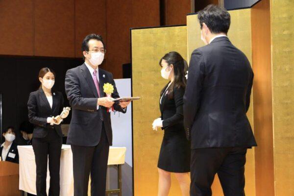 受賞者関係者に賞状盾を贈呈する朝日新聞社の中村史郎社長(右から3人目) 〈写真は朝日新聞社提供〉
