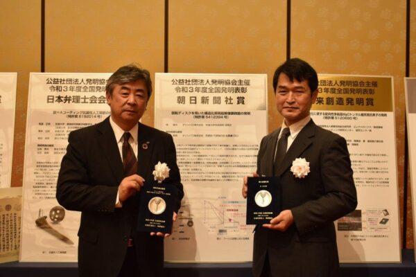 朝日新聞社賞を受賞したオリンパスの林真市さん(右)と斉藤吉毅・執行役員(左)=オークラ東京