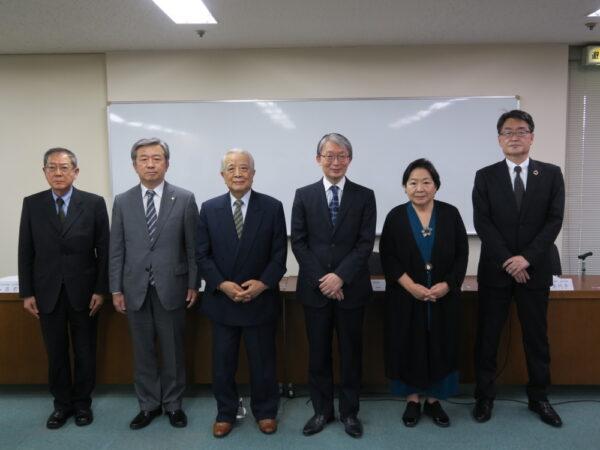 左から)相賀副理事長、丸山副理事長、阿刀田会長、山口理事長、肥田前理事長、松木専務理事