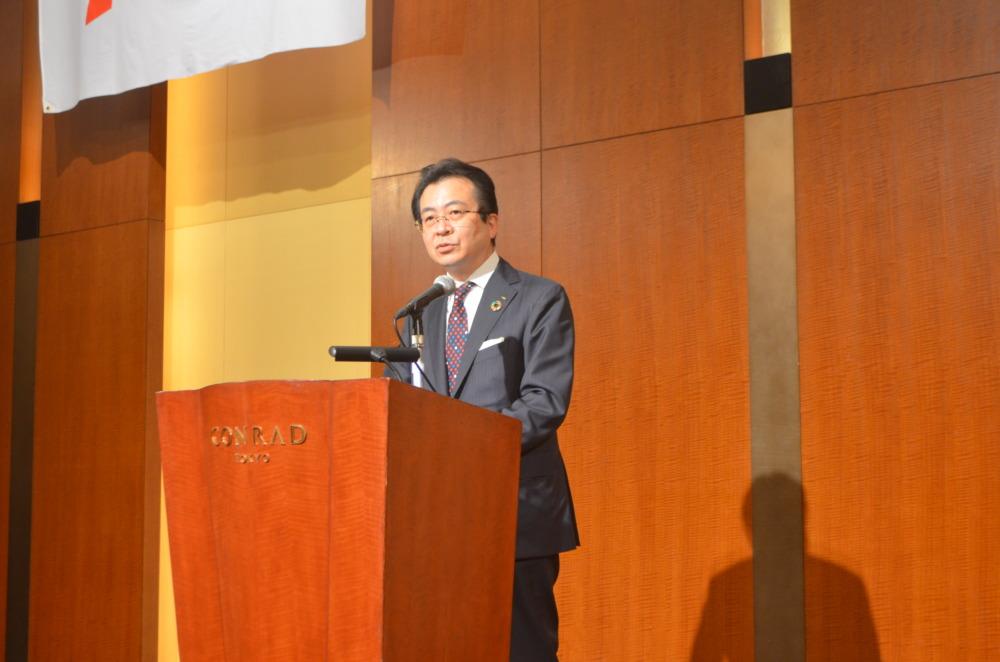 築地会総会であいさつする朝日新聞社の中村史郎社長