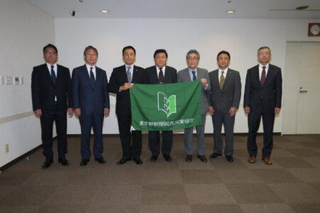 酒井組合長(中央)と左から中脇、渡邊、小川、小池、佐藤、澤田各副組合長