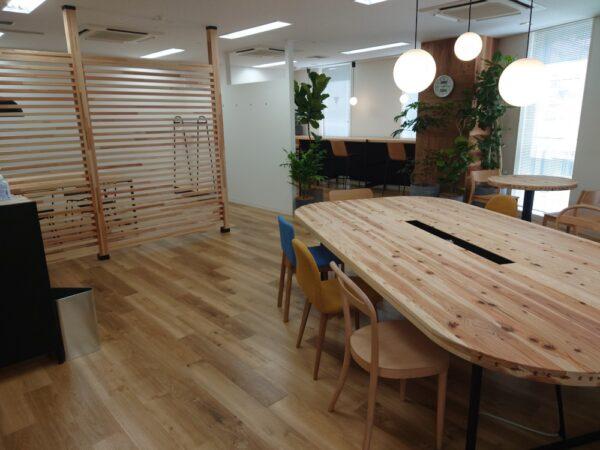 リニューアルで国産材の家具を入れた事務所
