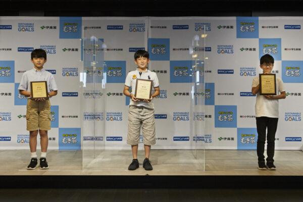 優秀賞を受賞し、記念撮影をする小学生ら