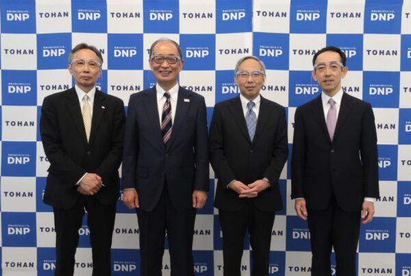 会見に臨んだ右からトーハンの田仲副社長、川上副社長、DNPの中川常務、五味副事業部長