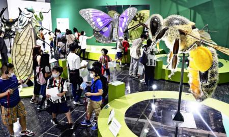 特別展「昆虫」で展示されている巨大模型を見て回る子供たち