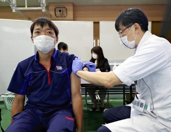 国際医療福祉大学でワクチン接種を受けるYCスタッフ(9月4日、千葉県成田市で)